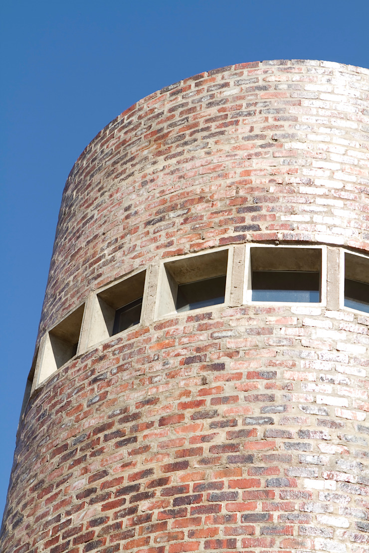 Barn House - Silo Library tower Country style house by Strey Architects Country Bricks