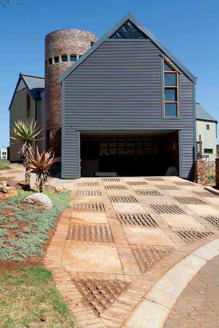 Barn House - Street view Country style house by Strey Architects Country Aluminium/Zinc