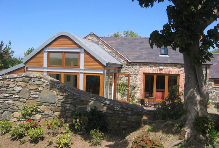 Hilltop stone farm buildings converted and extended to form modern family home Des Ewing Residential Architects Case moderne