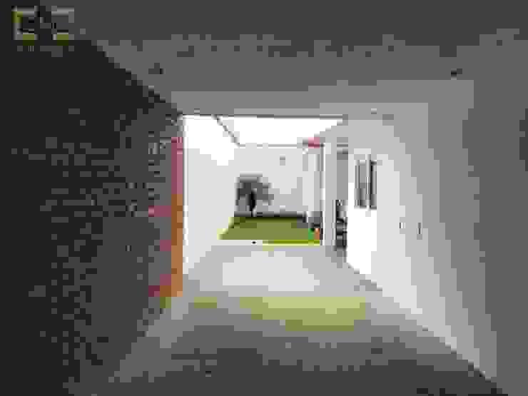 Residencia <q>RM-07</q> Garajes modernos de [GM+] Arquitectos Moderno