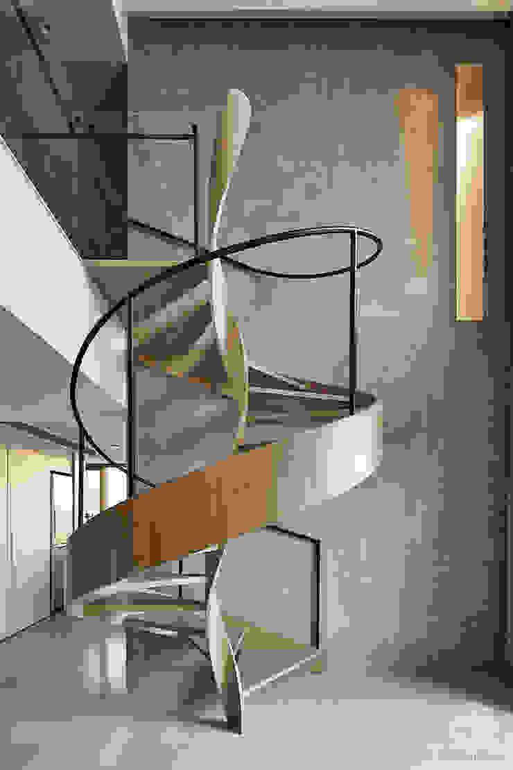 源自原本 Essence Modern Corridor, Hallway and Staircase by 源原設計 YYDG INTERIOR DESIGN Modern