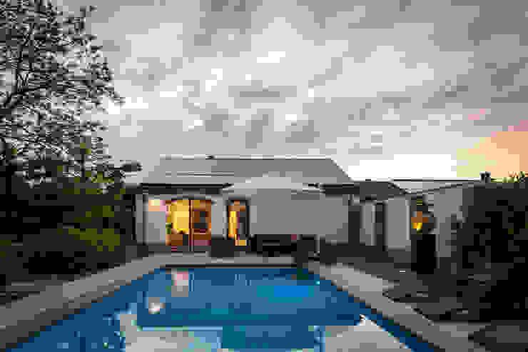 Uitzicht op wellnessruimte met aanliggend zwembad Moderne zwembaden van Bob Romijnders Architectuur + Interieur Modern