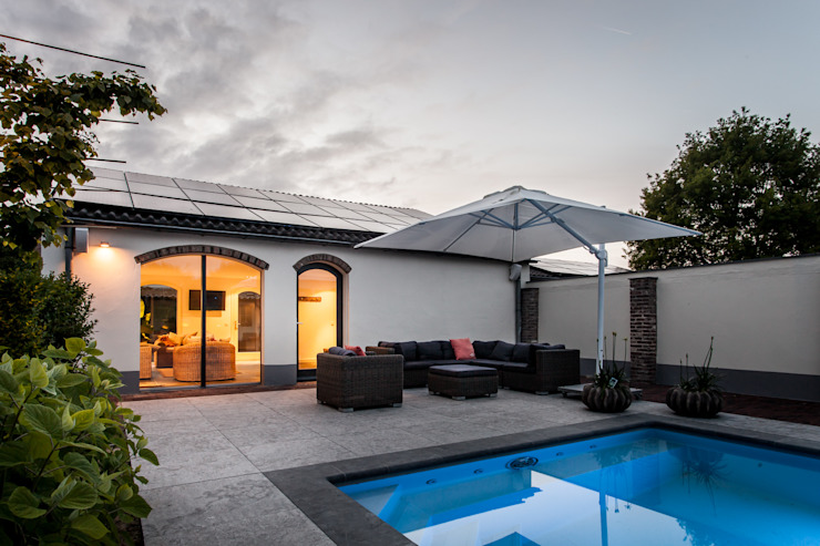 Uitzicht op zwembad Moderne zwembaden van Bob Romijnders Architectuur + Interieur Modern