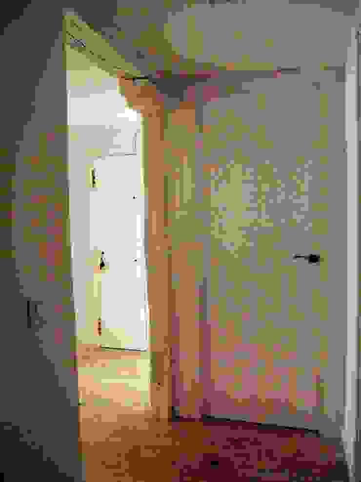 Reforma integral de piso en Opera Pasillos, vestíbulos y escaleras de estilo moderno de Reformmia Moderno