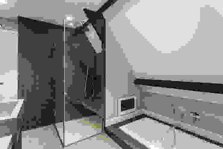Badkamer:  Badkamer door Bob Romijnders Architectuur & Interieur,