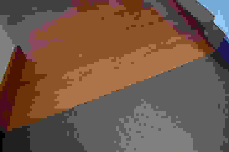 Contrasti Ingresso, Corridoio & Scale in stile moderno di Fabio Ricchezza architetto Moderno Legno Effetto legno