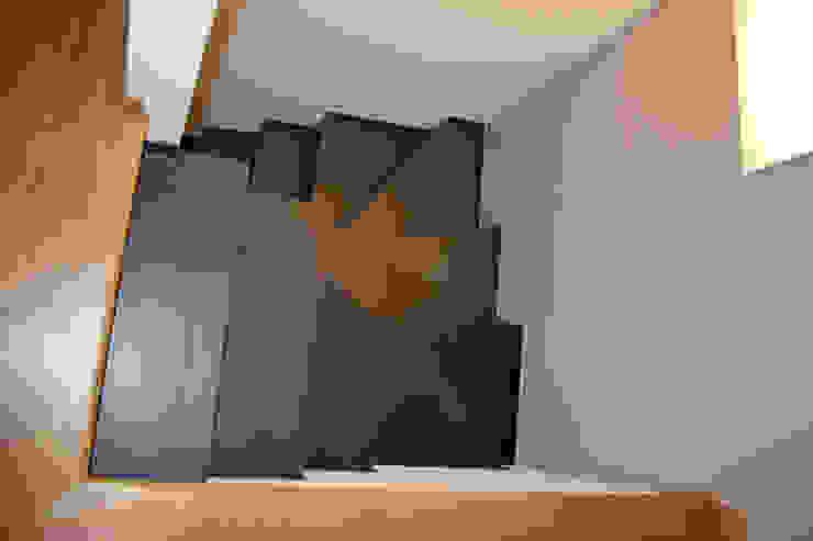 Scala interna Ingresso, Corridoio & Scale in stile moderno di Fabio Ricchezza architetto Moderno Ceramica