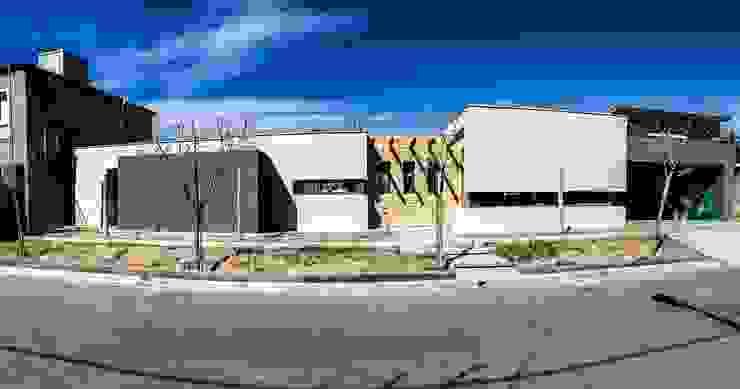 fachada frontal Casas modernas: Ideas, imágenes y decoración de modulo cinco arquitectura Moderno Piedra