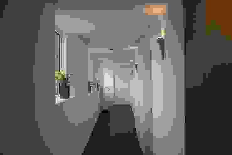 House on a Hill Moderne gangen, hallen & trappenhuizen van Architectenbureau Jules Zwijsen Modern