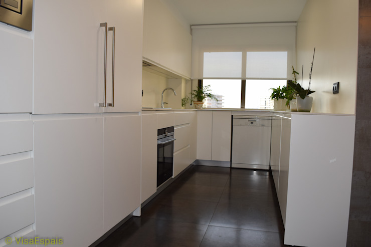 現代廚房設計點子、靈感&圖片 根據 Visaespais, reformas y rehabilitaciones en Tarragona 現代風