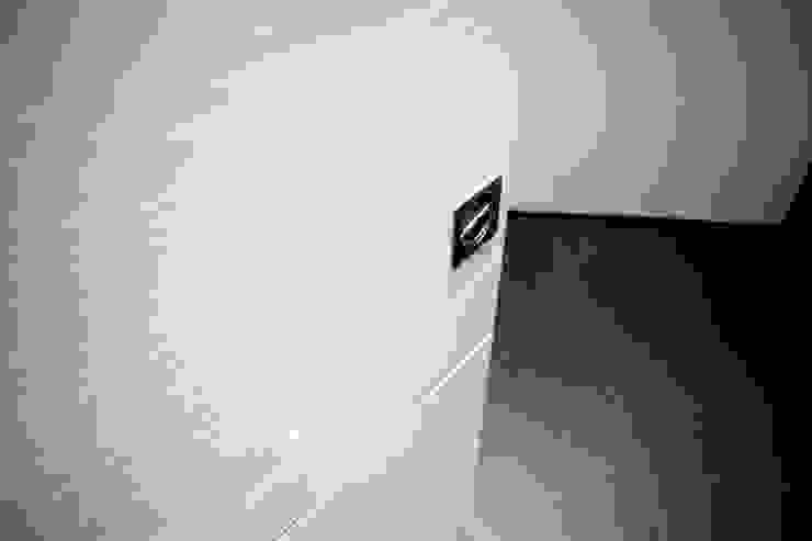 Dettaglio porte interne Pivato Ingresso, Corridoio & Scale in stile moderno di Fabio Ricchezza architetto Moderno