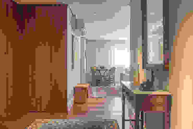 Apartamento Itaim Bibi/SP Renata Romeiro Interiores Corredores, halls e escadas modernos Madeira Branco