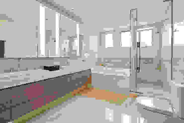 Studio Leonardo Muller Modern bathroom