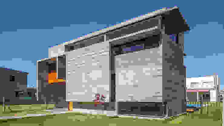 Casa Berazategui Casas estilo moderno: ideas, arquitectura e imágenes de Besonías Almeida arquitectos Moderno Concreto