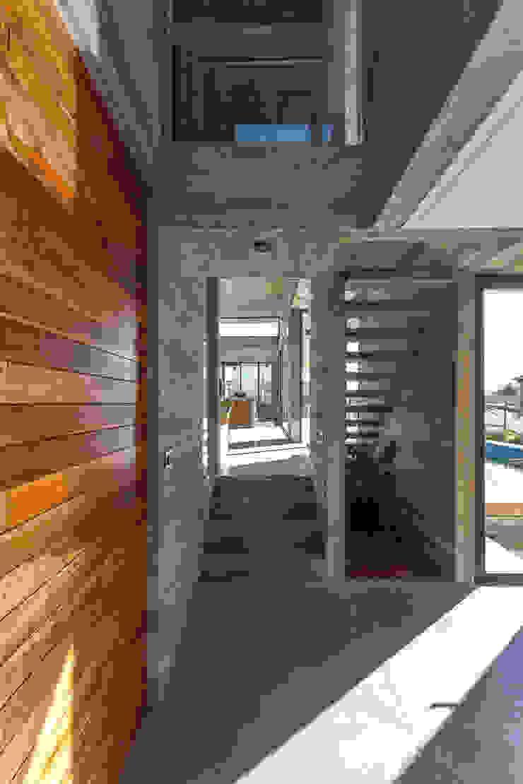 Casa Berazategui Pasillos, vestíbulos y escaleras modernos de Besonías Almeida arquitectos Moderno Hormigón