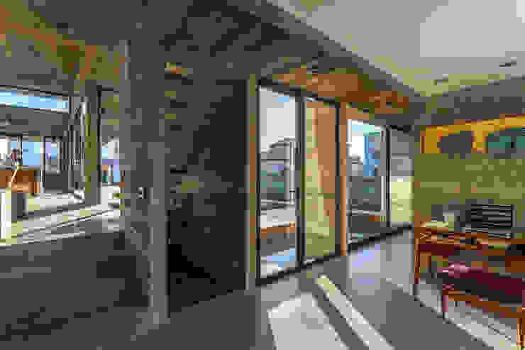 Casa Berazategui Puertas y ventanas modernas de Besonías Almeida arquitectos Moderno Hormigón