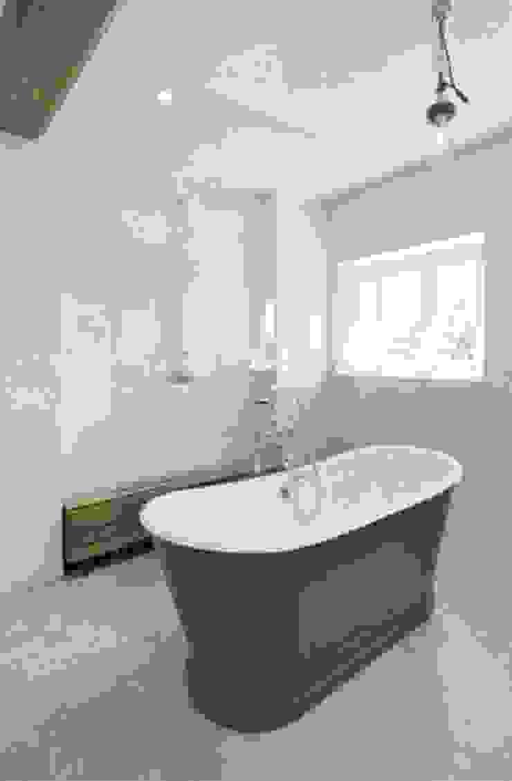 Stones Farm Bathroom My-Studio Ltd Country style bathroom Tiles Grey