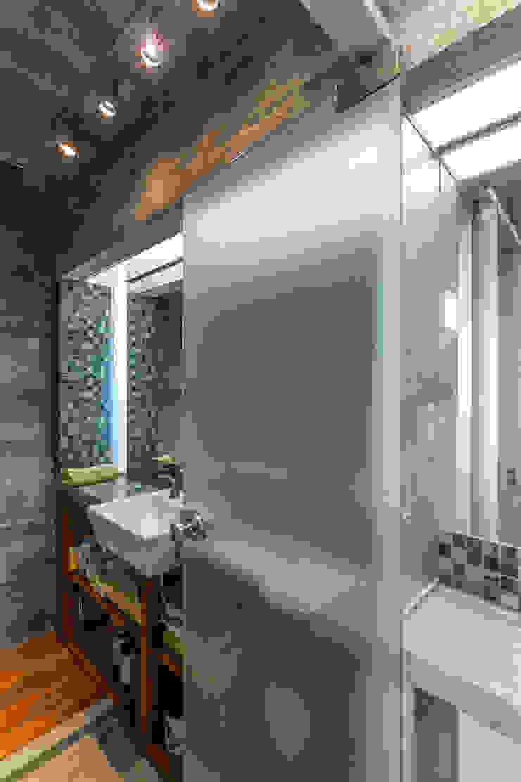 Casa Berazategui Baños modernos de Besonías Almeida arquitectos Moderno Hormigón