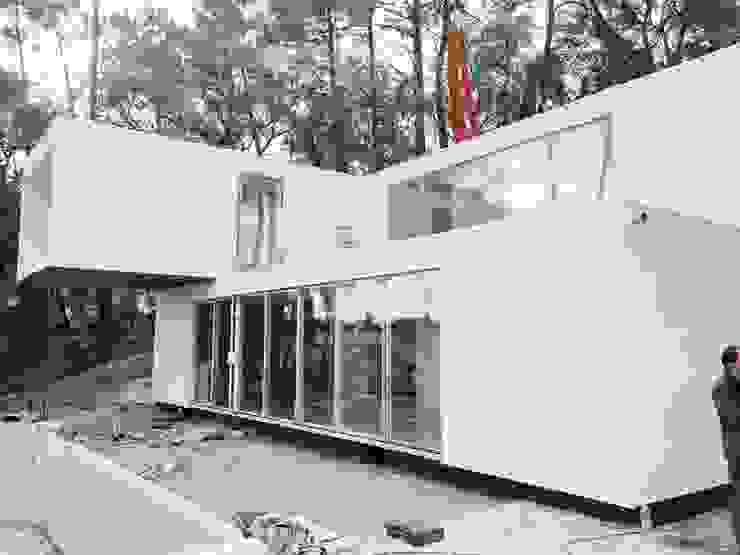 modern  oleh Fábrica Das Casas, Modern