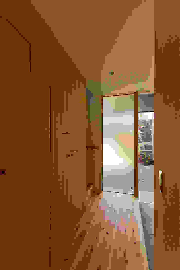 ทางเดินสไตล์สแกนดิเนเวียห้องโถงและบันได โดย エイチ・アンド一級建築士事務所 H& Architects & Associates สแกนดิเนเวียน