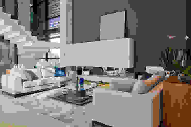 Living I Salas de estar modernas por Studio Leonardo Muller Moderno Mármore