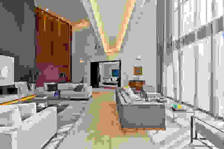 Living Salas de estar modernas por Studio Leonardo Muller Moderno Madeira Efeito de madeira