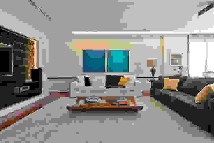 Studio Leonardo Muller Modern style media rooms Multicolored