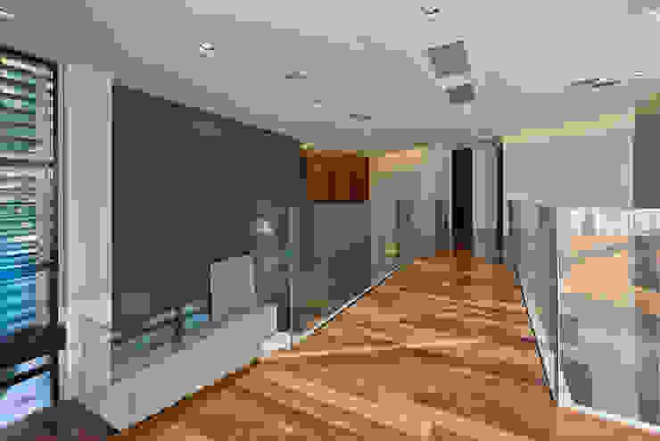 Passarela Corredores, halls e escadas modernos por Studio Leonardo Muller Moderno Madeira Efeito de madeira