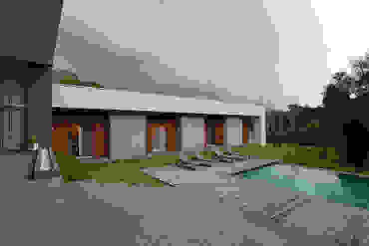 Área Externa Studio Leonardo Muller Casas minimalistas Madeira