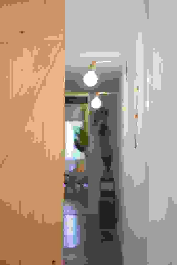 Napoles Pasillos, vestíbulos y escaleras de estilo mediterráneo de Bloomint design Mediterráneo Derivados de madera Transparente