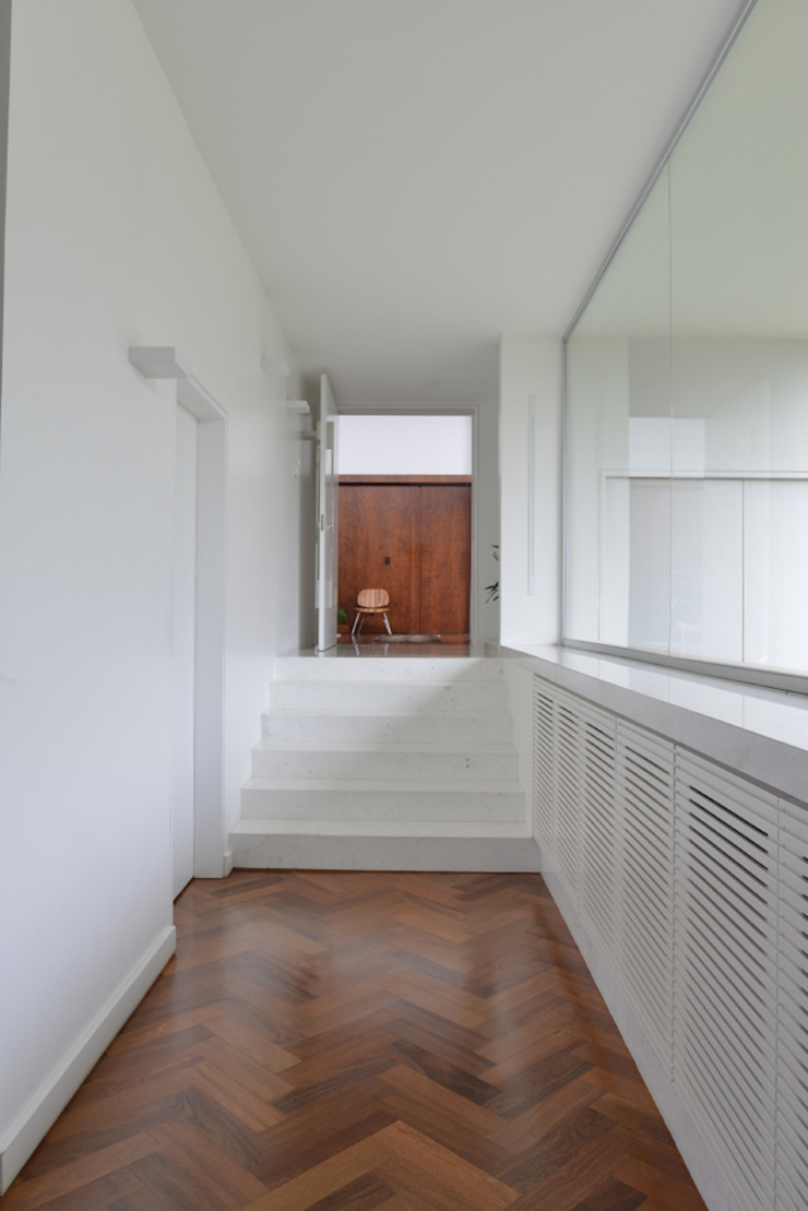 Corredor&Rouparia Studio Leonardo Muller Corredores, halls e escadas minimalistas Madeira Branco
