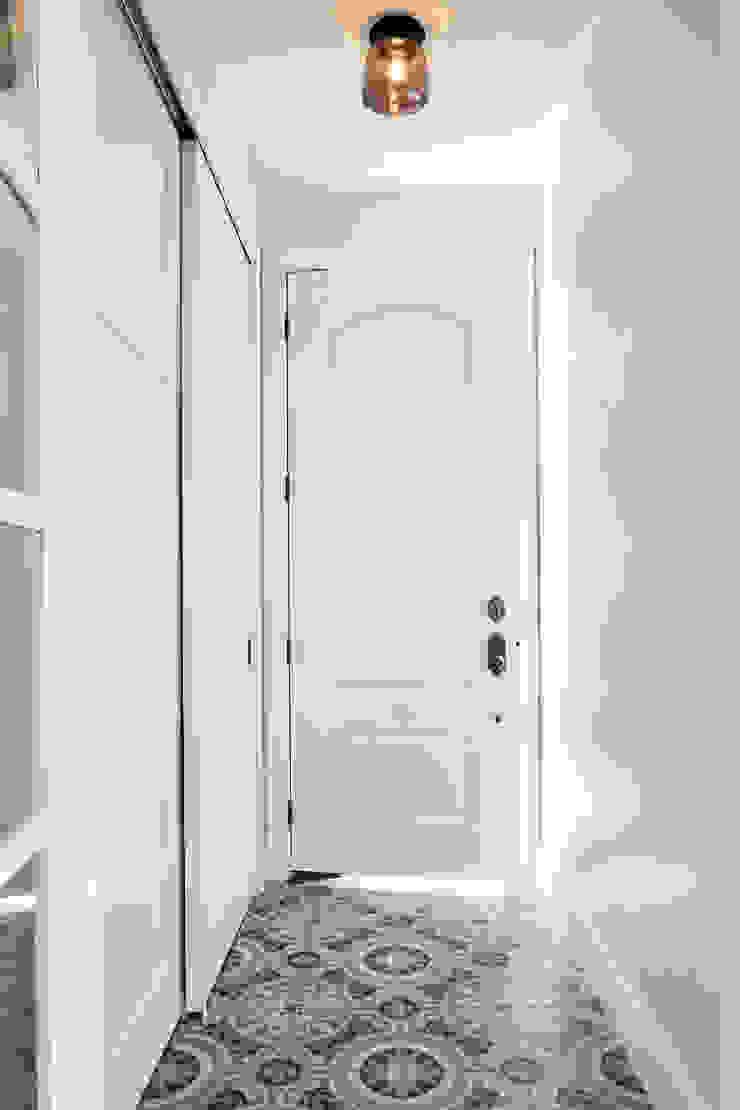 Couloir, entrée, escaliers classiques par M Monroe Design Classique