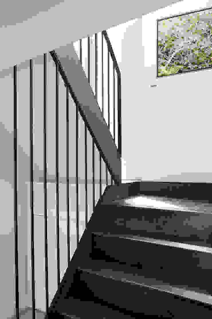 Couloir, entrée, escaliers scandinaves par M Monroe Design Scandinave