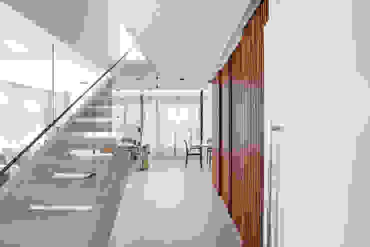 Hall&Escada Corredores, halls e escadas modernos por Studio Leonardo Muller Moderno Madeira Efeito de madeira