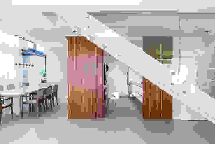 Hall&Escada Portas e janelas modernas por Studio Leonardo Muller Moderno Madeira Efeito de madeira