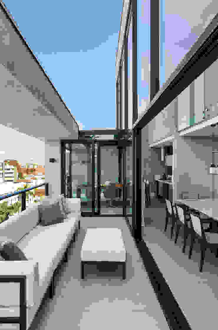 Studio Leonardo Muller Balcone, Veranda & Terrazza in stile moderno Cemento Grigio