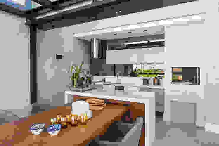 Churrasqueira Varandas, alpendres e terraços modernos por Studio Leonardo Muller Moderno Madeira Efeito de madeira