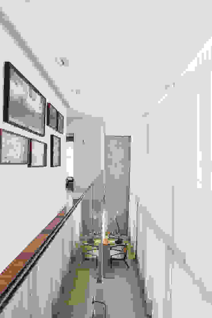 Mezanino Corredores, halls e escadas modernos por Studio Leonardo Muller Moderno