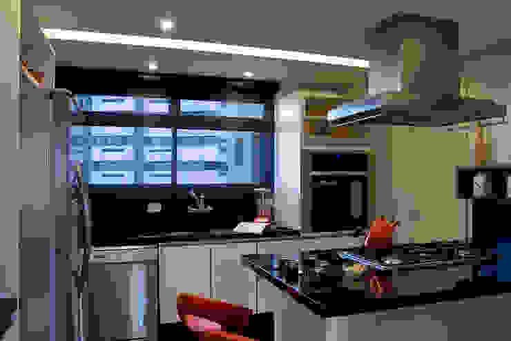 Studio Leonardo Muller Modern kitchen