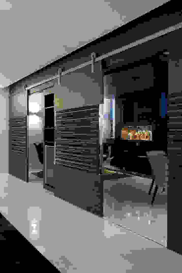 Painéis de Correr Studio Leonardo Muller Paredes e pisos modernos Madeira Castanho