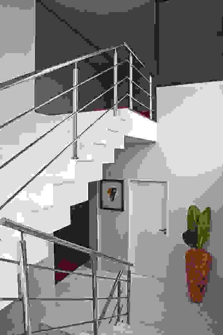 Studio Leonardo Muller Modern corridor, hallway & stairs Marble White