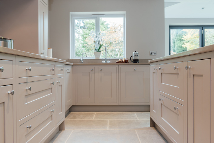 Mr & Mrs McD, Pyrford:  Kitchen by Raycross Interiors,
