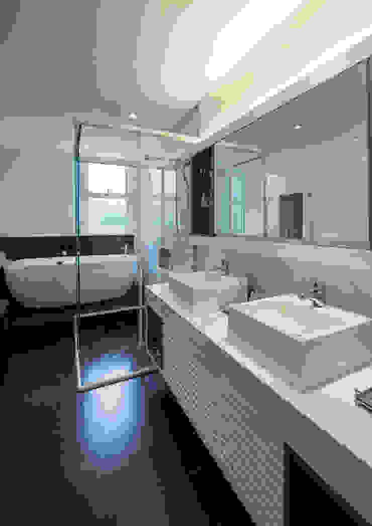 Banheiro do Casal Studio Leonardo Muller Banheiros modernos Mármore Branco