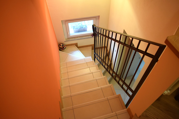 Fabio Ricchezza architetto Modern corridor, hallway & stairs Orange