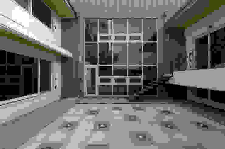 이입재 안뜰 모던스타일 정원 by 도반건축사사무소 모던 알루미늄 / 아연