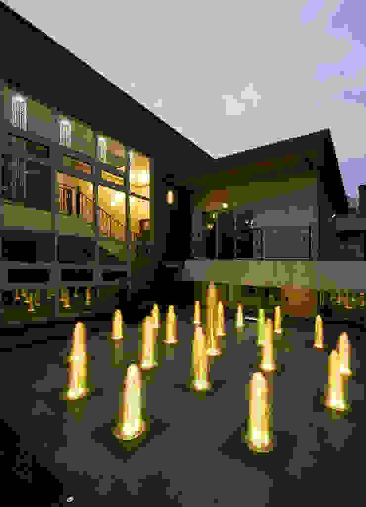이입재 안뜰 야경 모던스타일 정원 by 도반건축사사무소 모던 알루미늄 / 아연