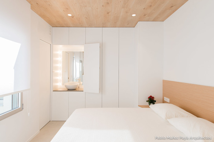 Refurbishment for Cristina & Juan Carlos Modern style bedroom by Pablo Muñoz Payá Arquitectos Modern