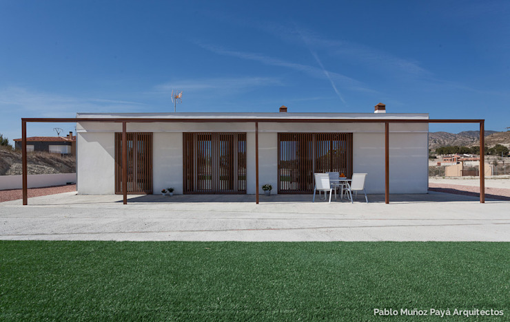 Low-cost weekend house Pablo Muñoz Payá Arquitectos Modern home