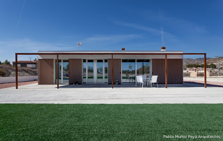 Low-cost weekend house Pablo Muñoz Payá Arquitectos モダンな 家