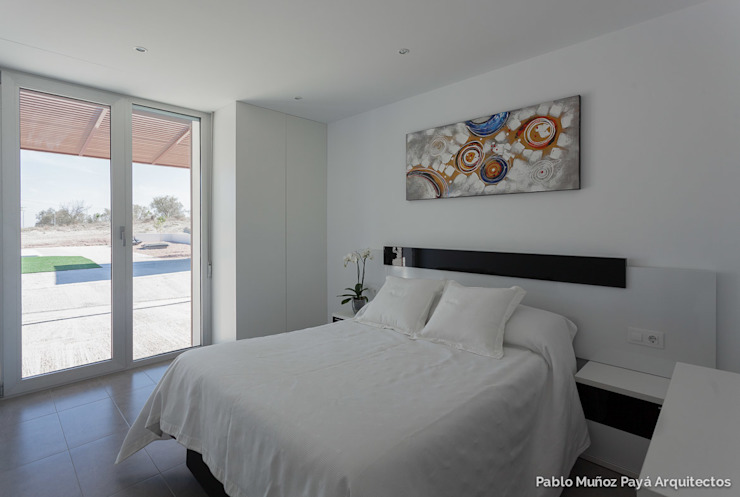 Low-cost weekend house Pablo Muñoz Payá Arquitectos Modern style bedroom